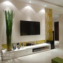 客厅电视背景墙,设计师选的墙纸颜色和沙发很相配,绿色的植物看着很舒服