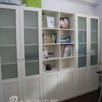 中间的门进去是书房,很大的书桌,可以2个人一起上网,宜家货