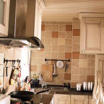 超爱的厨房,复古的橱柜,模压的,但是很厚实,真的很赞,一分价格一分货呐!