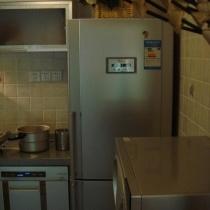 朦胧的冰箱,厨房原有的门去掉了,换了个帘子