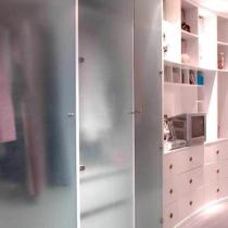 衣柜柜门是清水玻璃贴上了玻璃磨砂贴膜,玻璃的材质避免了木质门板的死板和厚重。多种材质相结合运用,木材质的柔软与暖感缓解了玻璃材质的坚硬与冰冷