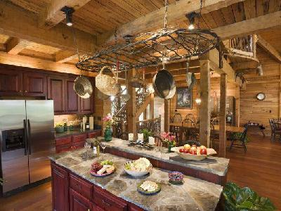 """顶部仿木质的装饰架,""""树枝""""缠绕恰好形成一个置物架。铁锅、篮子各类厨具悬挂在上面,使整个立体空间更加饱满,同时又增添了几分趣味性。木制的吧台和大理石台面不管从色彩上还是从材质上结合都恰到好处。在这种自然亲近的氛围下用餐,一整天的心情都棒棒哒!"""