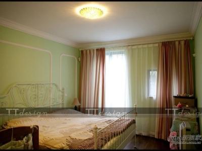 主卧室是以淡淡的绿色作为主色调,床背景用石膏线勾勒出轮廓,既美观又节约成本。