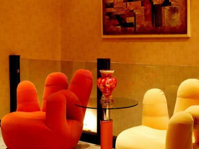 这是2楼客厅,手指椅子是城市之窗的
