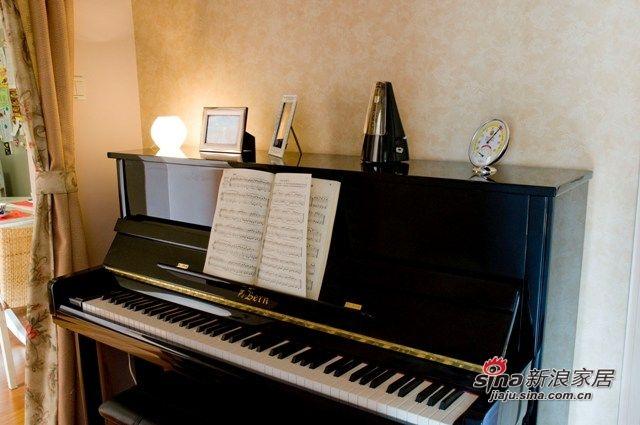 照片墙的对面是钢琴,这个小小的琴房其实是拓宽后的走廊