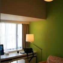 书房,以苹果绿和奶咖为主色调,电脑的信号可以直接输出到客厅电视,从而实现利用电脑作为高清播放器的功能