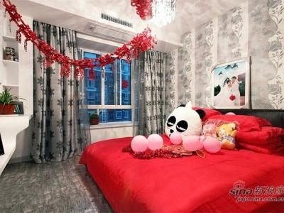 这里即是幸福的主寝室,实在婚房纷歧定要白色。本人搭配也不错