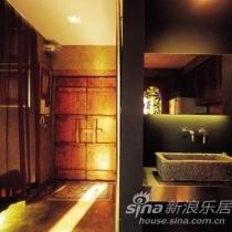 1、大门和外置洗手台:一扇饱经沧桑的木门隔离了喧嚣的世界,外置的洗手台在空间内酷感十足;