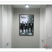 走廊镜头是60年代披头士的海报,也是黑白的……