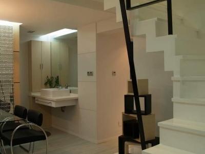 楼梯处看盥洗台