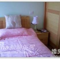 有点太亮了,床头柜和小布台灯。家里面积有限,又放了个大床,就只放的下一个床头柜了