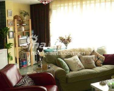 真皮沙发和奥地利水晶吊灯是家里最奢侈的家具。