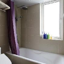 为了这个干区,卫生间的面积缩小了,儿子还喜欢浴缸,小孩子嘛,没办法 最后卫生间就是一个浴缸和一个马桶了。