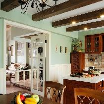 英式田园厨房。风格纯正的实木英式乡村橱柜,搭配天花上的房梁,营造了一个温馨的英式乡村厨房。