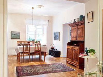餐厅和客厅是连在一起的,没有隔开,这样可以很好的利用光线,也使得空间看起来非常的大,一点没有小户型的感觉。复古风格的地毯和简欧风格的柜子都给人一种知性和优雅的感觉。