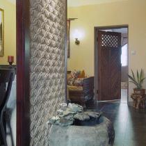站在鞋柜往右看,可以看到客厅和卧室的门。玄关的砂岩和鱼缸