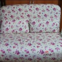 床的旁边是原来的阳台,做书房了,放了张折叠沙发,可以当床用