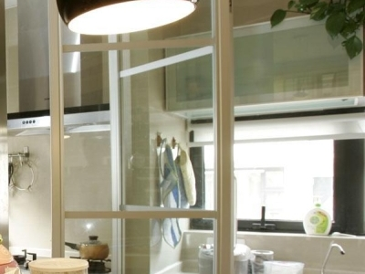用扇旋转玻璃门把厨房一分为二 平常开着就象开放的 其实就算关着也像,但是不怕油烟咯 我刚看了下前面几张照片还是挺清楚可以看的出来,再发一张 应该可以看的出来 移门左边是油烟机 俺下厨滴地方