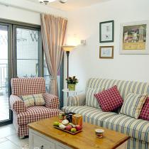 格子和条纹布艺沙发是永不过时的图案!定制的木家具就象伴随多年的老朋友