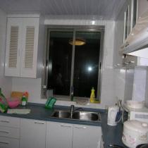 厨房旧图,虽没什么问题,但在色调风格上与改装后的家不搭配。