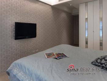床头以白色绷布绷出简约风格,两旁以对称镜面做出床头矮柜,衣柜则是白色烤漆搭配明镜线条,两者共筑明亮视野。