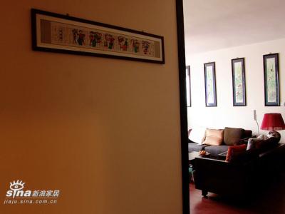 从走廊上侧看客厅。这幅手工精绘年画出自年画故里绵竹,是绵竹年画三姐妹的精品之作