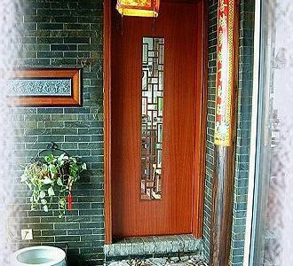 这扇门通向偶的开放式厨房。这样菜菜就不必经过客厅直接杀到厨房