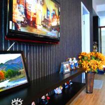 电视墙和照片墙的墙纸是一样滴,这样统一一下,要不然就太花了