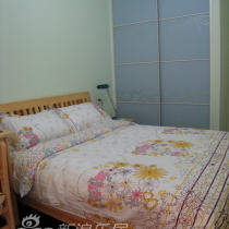 右边是小孩房,现在是松木家具,以后有了BB,好想换成七彩人生~