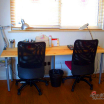 """被妈妈大人称之为""""杀猪案板""""的书桌。就是买了块儿2米长的未涂任何漆料的拼接松木,按了5根腿儿,成就了我们排排坐齐上网的壮举"""