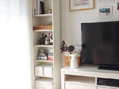 整个米色空间非常的清新舒适,让人觉得放松,墙纸的色调,沙发的色调以及窗帘的色调都非常的和谐。茶几的选择也非常合适,有一种欧式古典的味道。因为整理风格偏浅,设计师在饰品的搭配上运用了条纹的抱枕以及鲜花,让整个空间活了起来。索克拉花瓶,来自宜家。干莲蓬,方便的话,秋天自己去池塘边找吧。