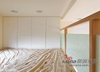 兼具收纳设计的阁楼,以烤漆玻璃做隔屏,保有隐私又不压迫空间