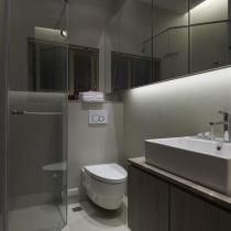 卫生间大大的镜柜,既能当镜子又能收纳储物