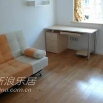 书房很简单,就是一张沙发床,一张电脑桌,一个书柜,一盏鸟巢灯