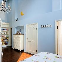 英式田园卧室。白色的田园风格实木家具,配上天蓝色的墙面,清新宜人,浪漫轻快。