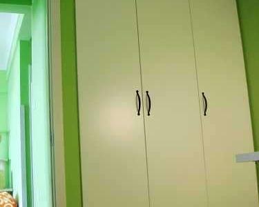 这里是和玄关背对背的位置,本来是凹进去的一块,被做成了顶天立地的大柜子 旁边是书房的门,可以看见客厅