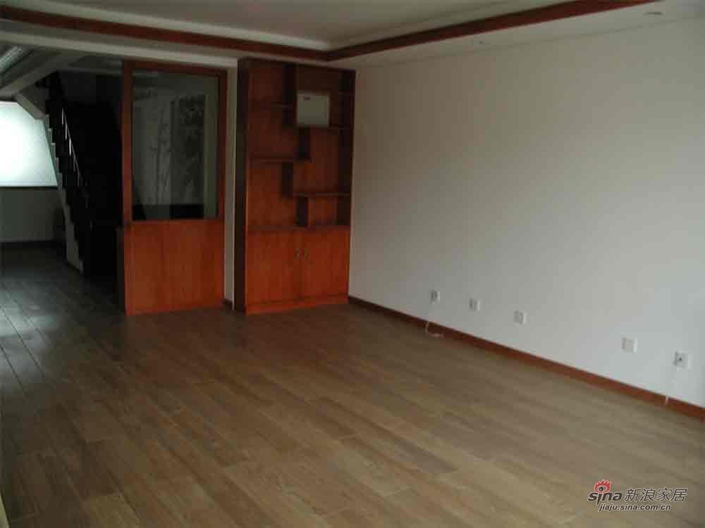 客厅靠门这边做了一个柜子