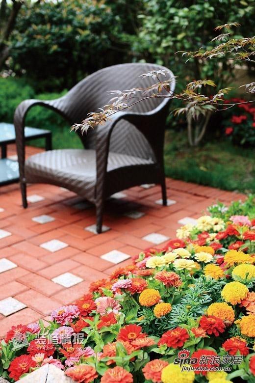 午后的阳光让这方小露台相当静谧,泡泡阳光、闻闻花香,坐在院中,仿佛有仍未散去的鸟儿回声,温暖细致。幸福,可以很简单。偶尔看书,放松身心。