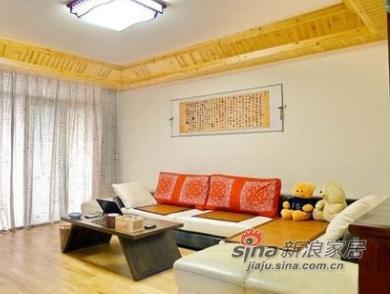 奶黄色的沙发与实木地板相得益彰。而沙发上的红色垫子给客厅增添了明亮的色彩,这个搭配有动有静。