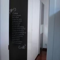 最后来看看卧室,进门口看到大橱,贴了首英文诗