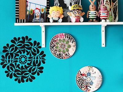 墙上镜子中的花瓣是用做抱枕剩余的布料手工贴上去的。配搭旁边花瓣形剪影和抱枕花色效果极佳。