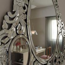 这里是客厅的沙发背景墙位置的那面镜子,很美的