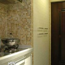 厨房 白色的模压柜门,入门右侧原本有个管道井,设计师作出了一个衣帽柜空间将其包裹在内,注重美观的同时也满足了功能要求。白色的模压柜门与橱柜柜门彼此呼应,沿边的墙面依然用石材马赛克装饰,细节上小小的点缀却能够带来非同一般的视觉享受