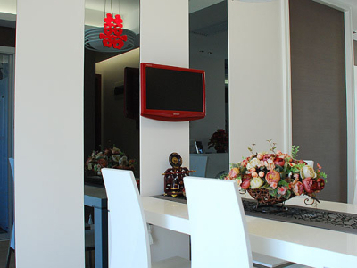 饭厅的灰镜,和客厅沙发背景墙的做呼应