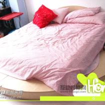 卧室。我们的超级大圆床