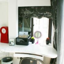 休闲室里的时尚书桌