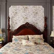 灰色的护墙板搭配浪漫的小碎花,花纹面料精致的床品点缀造型典雅的家具,卧室讲究的不止是高贵的气质还有浪漫的生活情调。