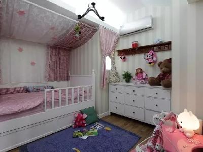 女儿房以粉红色塑造可爱的主题,帷幔和窗帘增加了精致、可爱的娃娃气质,软装布置得很到位。
