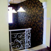 从二楼休闲厅看贴着黑色墙纸的楼梯间,粉妖。(刚刚装修好的时候照的)