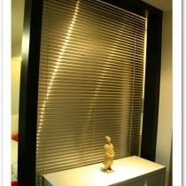鞋柜和玄关,玄关后面用的是银色的百叶帘